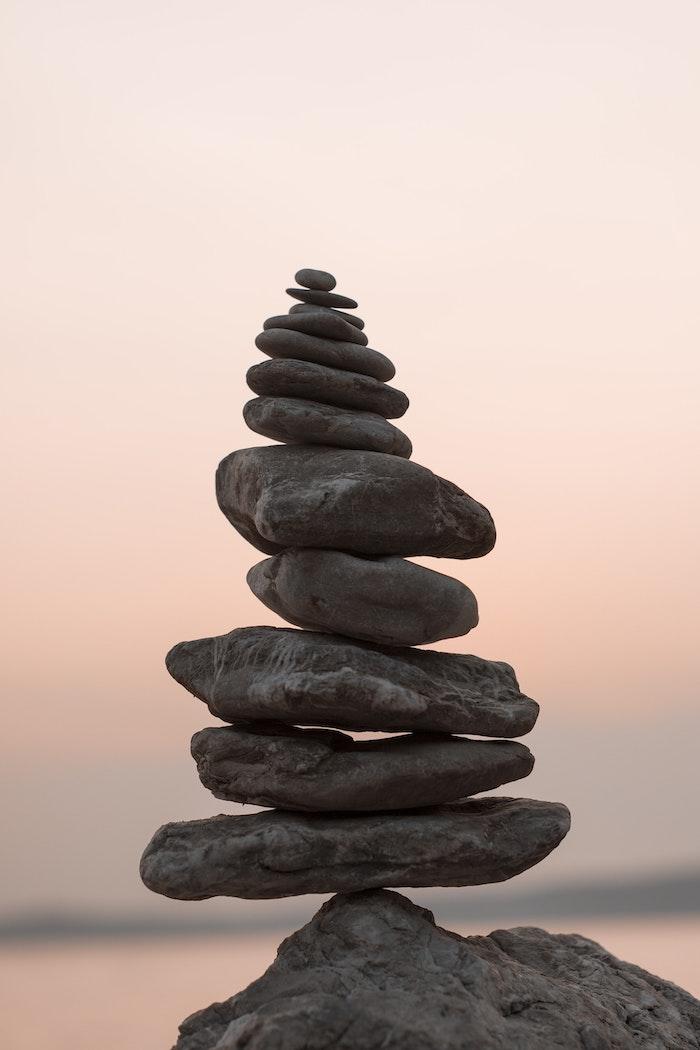 Zen image de pierres un sur autre, cadeau fete des meres, image bonne fete maman, photo à envoyer à sa mère