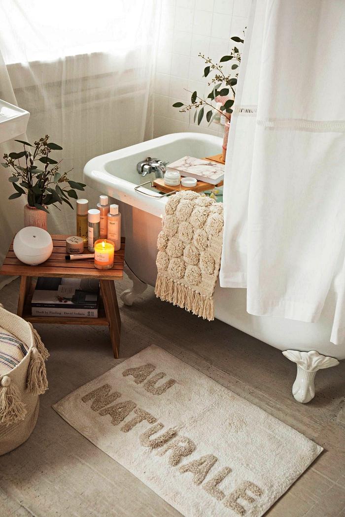 inspiration salle de bain d'esprit zen et nature avec tapis douillet de chez urban outfitter et un décor relaxant autour de la baignoire