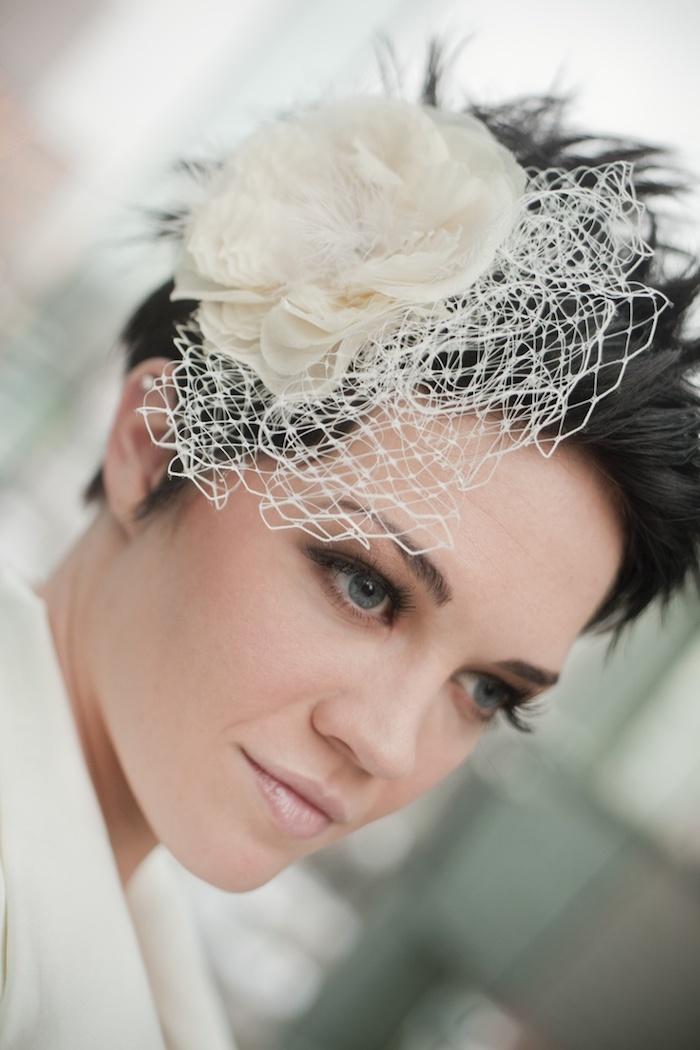 coiffure rebelle pixie spike avec des meches rebelles et accessoire fleur blanche originale de coté, look décontracté
