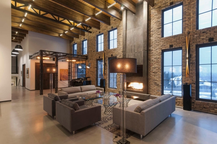 design intérieur style industriel dans un salon à plafon haut, idée canapé pour salon industriel, lampe sur pied en métal