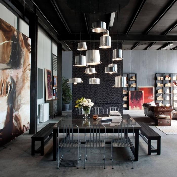 idée deco industrielle dans un salon gris ouvert vers la salle à manger, exemple art mural avec peinture, meuble rangement en métal