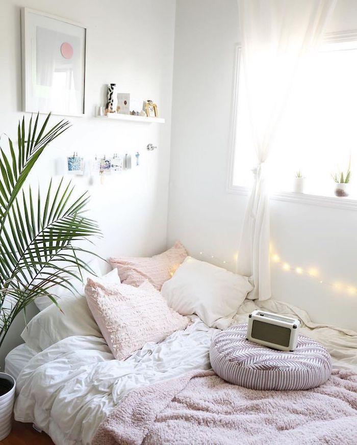 Linge de lit blanc et rose, plante verte palmier, guirlande lumineuse, beau rangement chambre, comment décorer sa chambre, déco scandinave