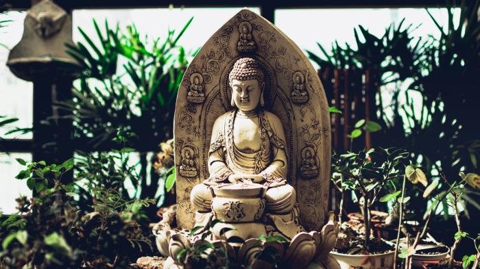 exemple de fond d écran gratuit pour ordinateur, idée photo de jardin zen avec statuette boudhha et plantes vertes