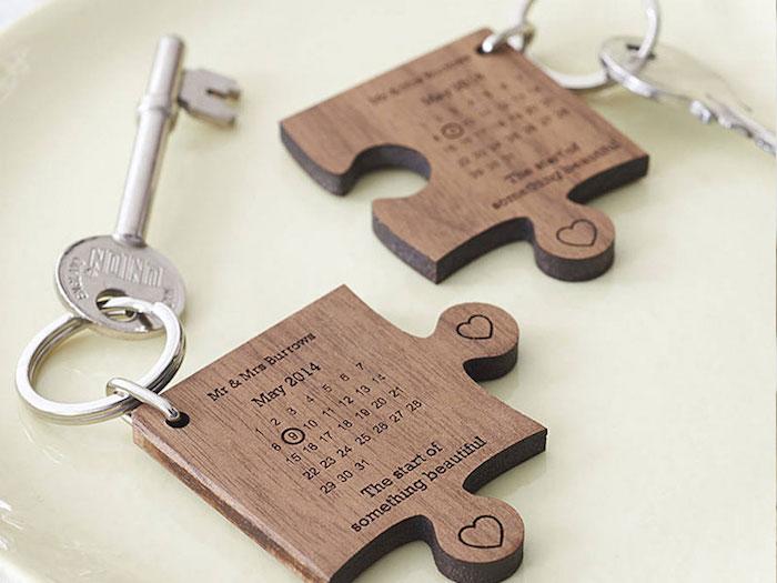 Pièces de puzzle avec la date de leur mariage, cadeau porte clé original amour, idee cadeau original, cadeau anniversaire de mariage, personnaliser un cadeau mariage