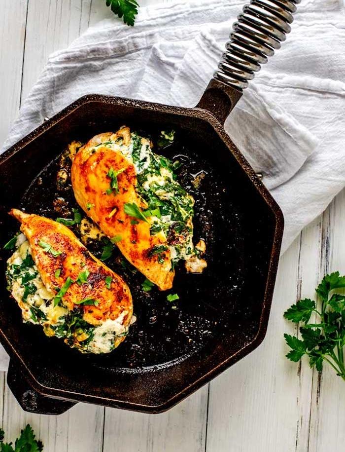idee de recette de blanc de poulet farci de fromage, épinards et persil, repas du soir équilibré suivant le régime keto