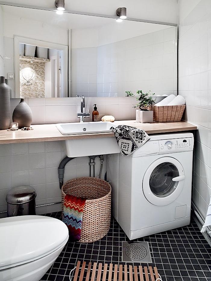 Salle d'eau et toilette, salle de bain blanche et bois, salle de bain moderne simple décoration, pièce rangement vintage style