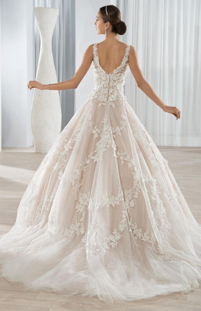 Dentelle robe de mariée de princesse de luxe, choix de modèle de robe pour mariage femme jolie chignon basse