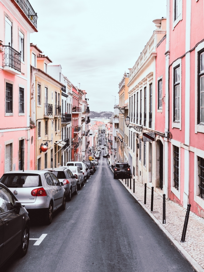 photographie des rues dans un village au bord de la mer, idée fond d écran cool pour téléphone avec photo vie urbaine