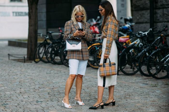 vestes carrées, jupes blanches, escarpins, sac aux carreaux classiques, lunettes au cadre blanc