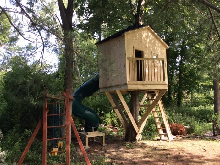 comment faire une cabane en palette ou bois sur pilotis avec échelle et toboggan, idée bricolage avec bois et palette