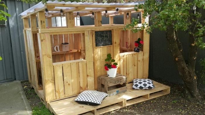 faire un abri de jardin en bois ou palette, idée construction en palette à réaliser soi-même, coin de jardin DIY