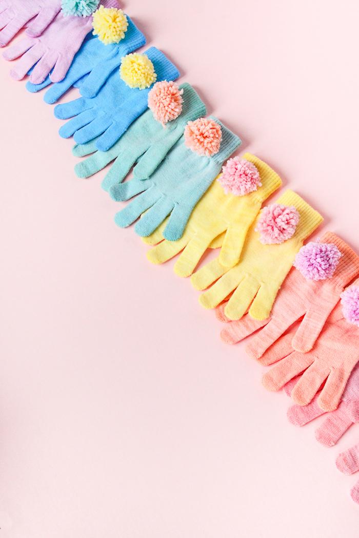 cadeau pour la fête des mères, modèle de gants colorés avec déco pompon en laine, activité manuelle amusante