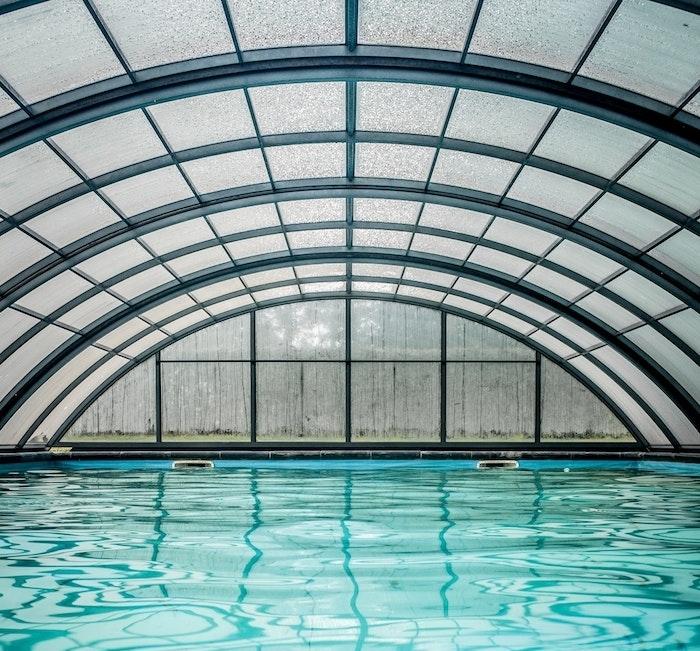 choisir un abri de piscine pour sa piscine de jardin, assurer sécurité de baignade, modele abri haut