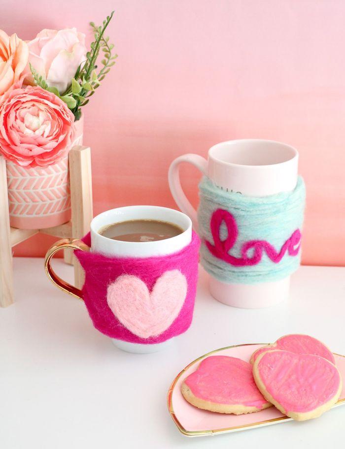 idée cadeau a fabriquer, modèle de décoration tasse de café en feutre rose fuschia avec coeur rose pastel, activité manuelle amusante