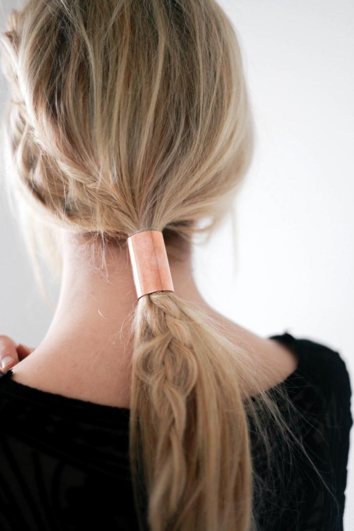queue de cheval basse femme avec tresse de coté avec accessoire anneau en cuivre pour faire une coiffure décontractée de tous les jours