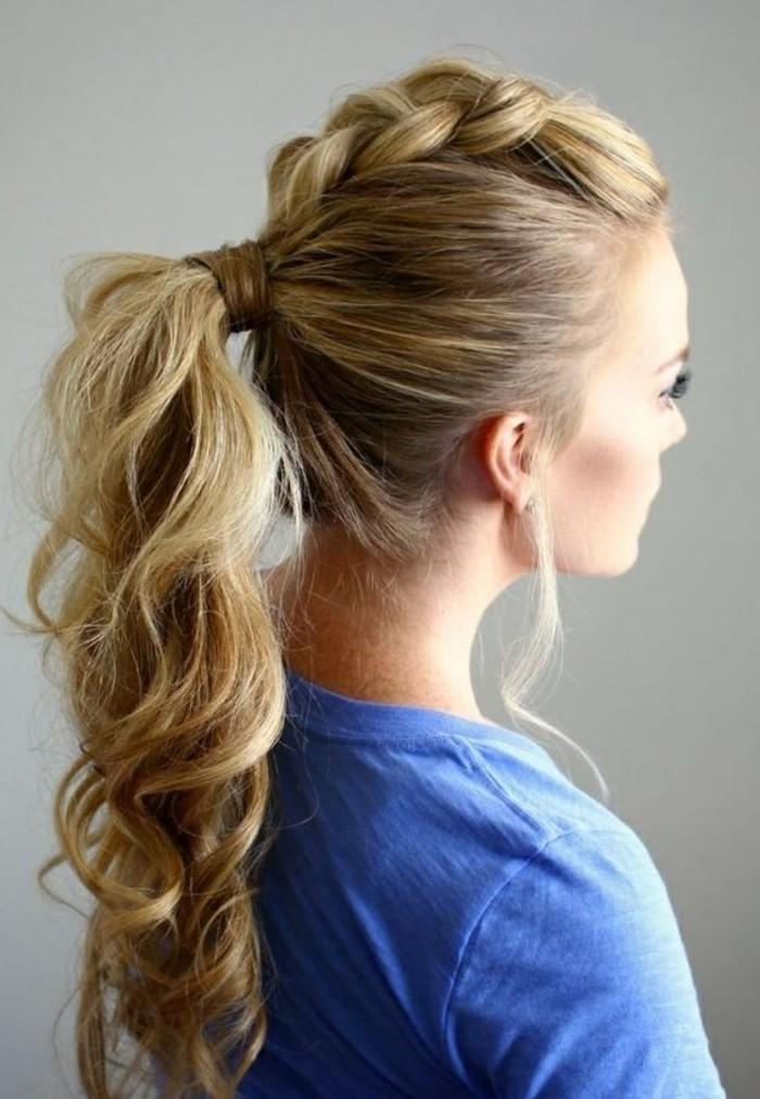 demi tresse sur le haut de la crâne et queue de cheval bouclée sur chevelure longue, coiffure femme originale