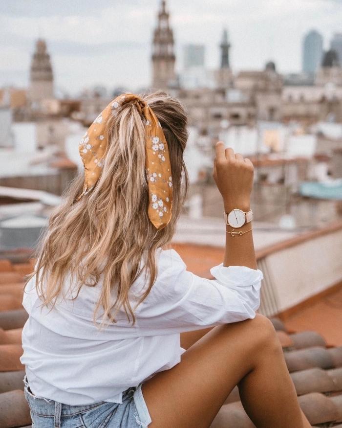 demi queue de cheval serrée d un ruban orange fleurie, modele de coiffure boheme chic femme cheveux balayage blond