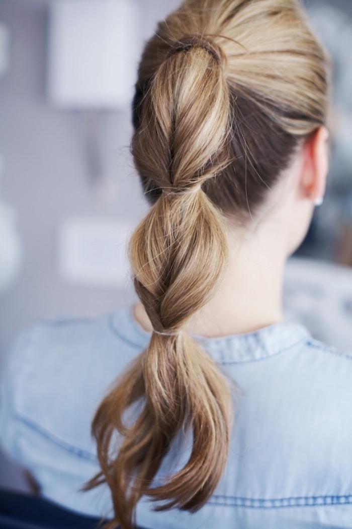 exemple de coiffure simple cheveux long, queue de cheval avec quelques sections pour réaliser une fausse tresse