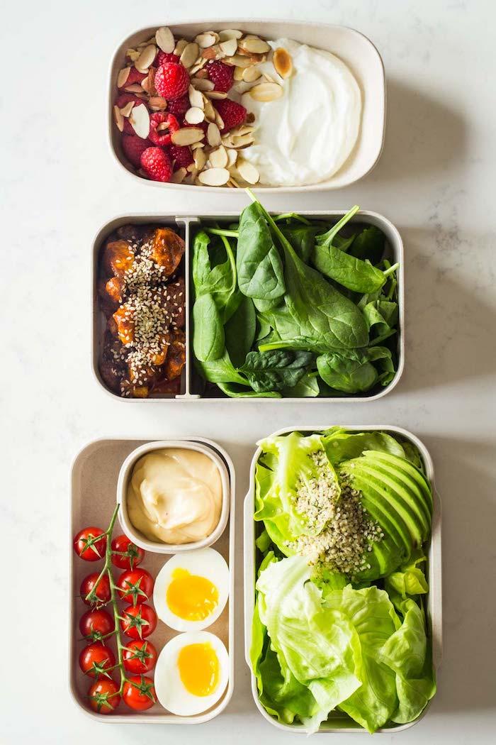 régime cétogène menu facile pour la journée, yaourt aux amandes et fruits rouges, poulet et épinards, oeufs, mayonnaise, avocat, salade et tomates cerise