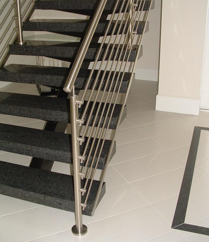 escalier maison avec rambarde en metal avec tubes inox fixation à la française