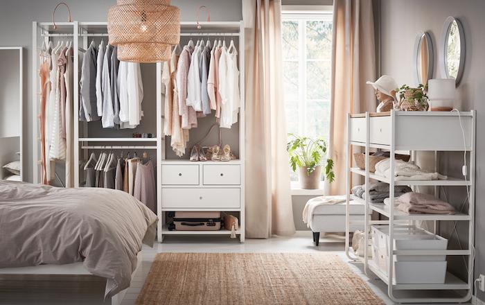 Adorable déco chambre taupe avec détails roses pales et blanches meubles, idée rangement chambre, aménagement chambre à coucher moderne, rangement vêtements ouvert