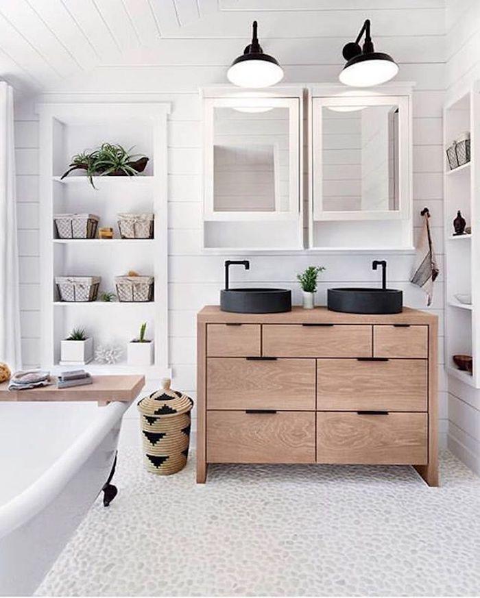 Meuble rangement double lavabo, deux lustres et deux miroirs avec placards, salle de bain moderne, salle de bain blanche et bois, intérieur scandinave