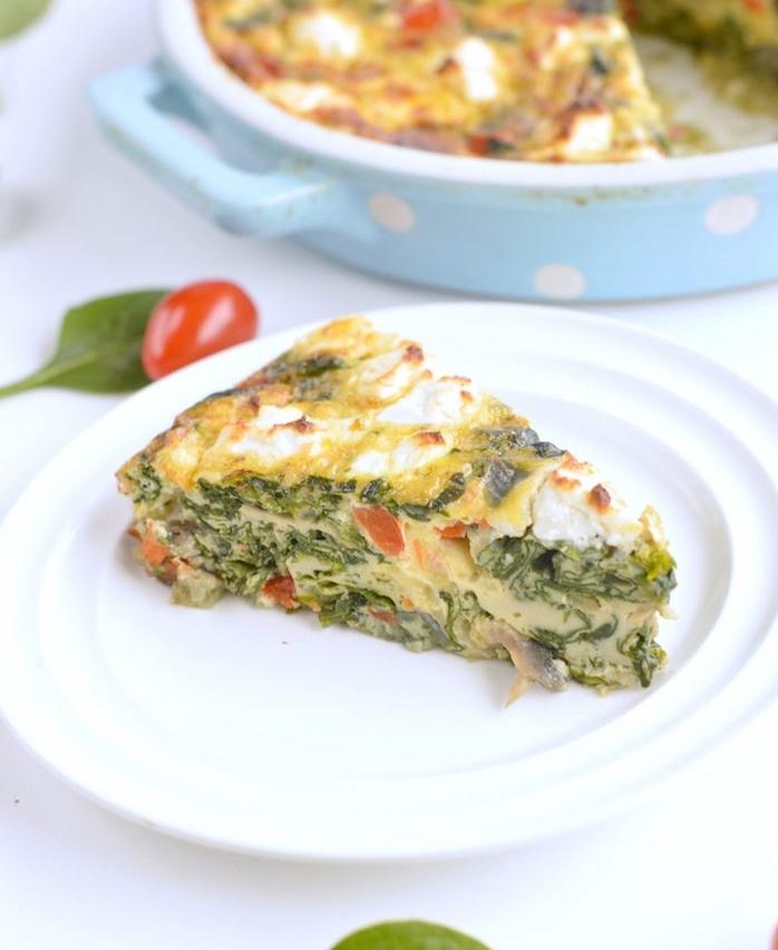 repas simple sans viande de fritatta ou quiche aux épinards, fromage feta, tomates et champignons, reime keto