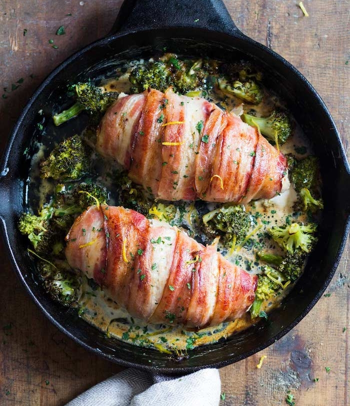 recette avec blanc de poulet enveloppé de tranches de lardon, bacon avec brocoli à la crème fraîche, repas regime pour diner