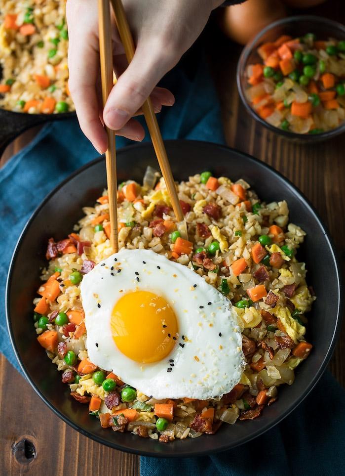 comment faire du riz de chou fleur, idee de risotto avec riz chou fleur, légumes, carottes, petits pois et oeuf en top