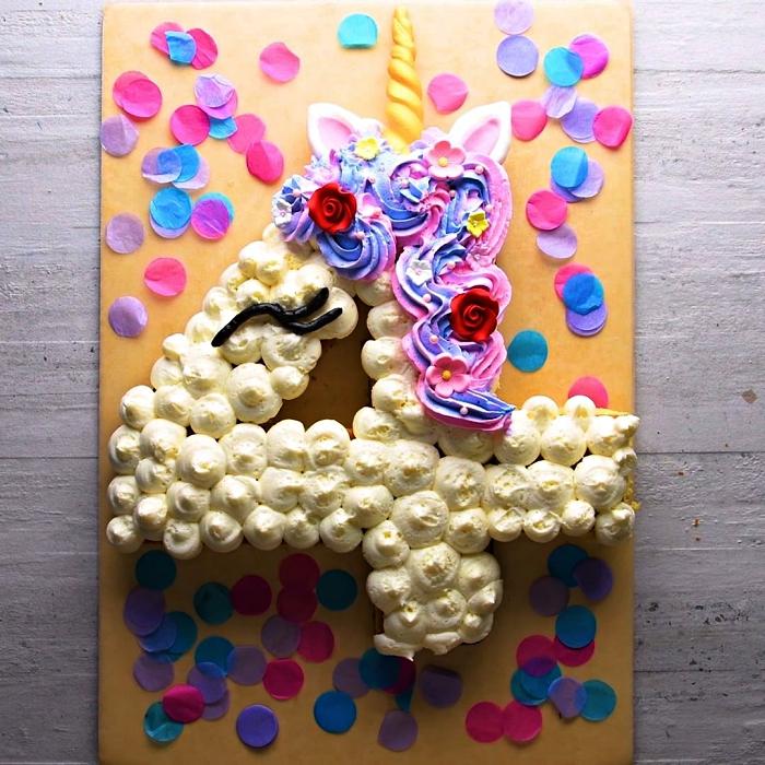 gâteau licorne en forme de chiffre recouvert de crème au beurre vanille et de glaçage rose-violet, gateau anniversaire fille sur le thème licorne