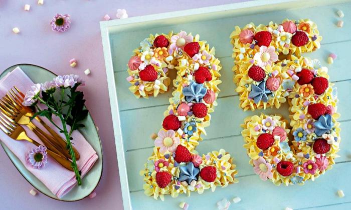 gateau anniversaire facile et beau en forme de chiffre, à base de biscuit, recouvert de crème beurre, meringues croquantes et framboises