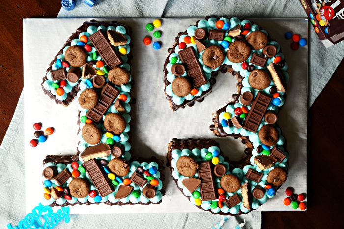 recette de number cake chocolat garni de crème beurre bleu, biscuits au chocolat et morceaux de chocolat