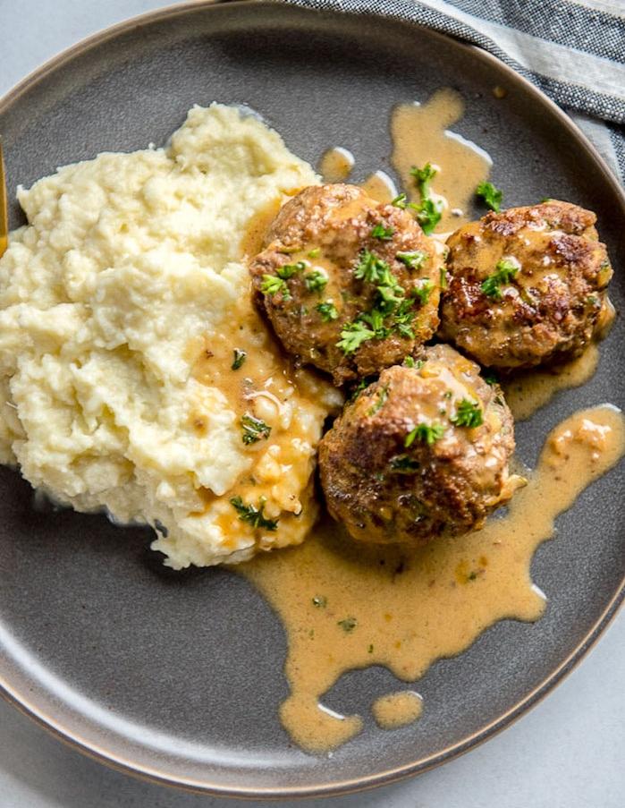 boules de viande hachée servie avec du riz de chou fleur et sauce, regime pour maigrir, recette équilibrée simple