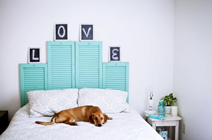 idée que faire avec des vieux volets, exemple de tete de lit a faire soi meme avec volets repeints en vert turquoise