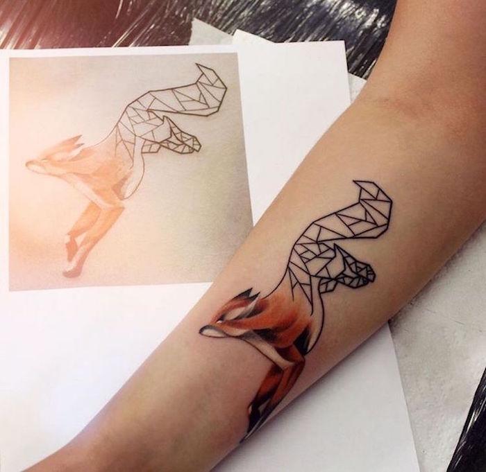 Renard géométrique avec moitié réaliste coloré, tatouage fleur, swag tatouage original, dessiner un image swag sur soi
