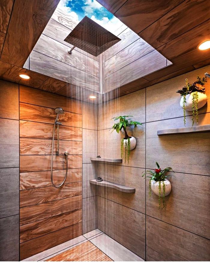 salle de bain moderne en carreaux imitation bois avec petites étagères et des porte-plantes muraux, espace douche avec fenêtre de toit pour une ambiance zen