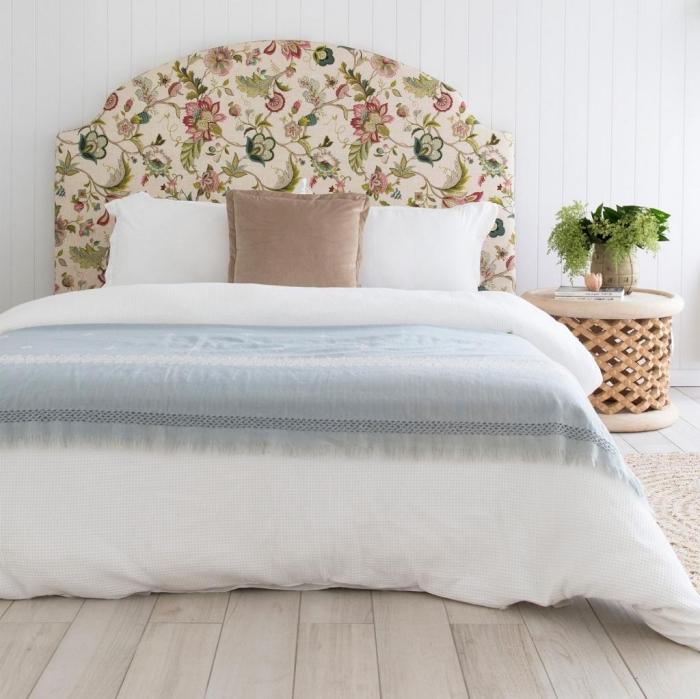 idée pour personnaliser une tête de lit avec tissu aux motifs floraux, déco chambre adulte aux murs blancs avec parquet