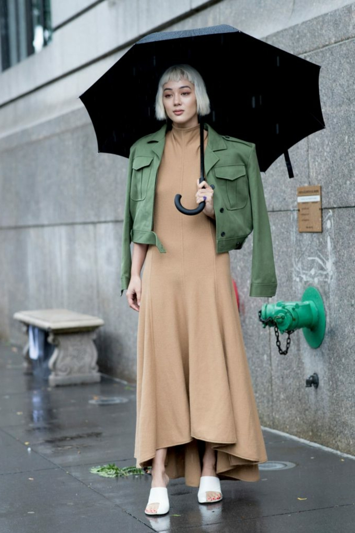 grand parapluie noir, robe beige, veste verte, style casual chic, coiffure carré