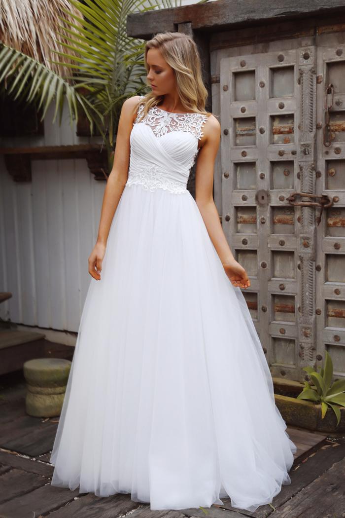 Style décontracté pour l'été, robe blanche A silhouette, femme blonde, robe de mariée princesse dentelle, choisir sa robe par sa morphologie