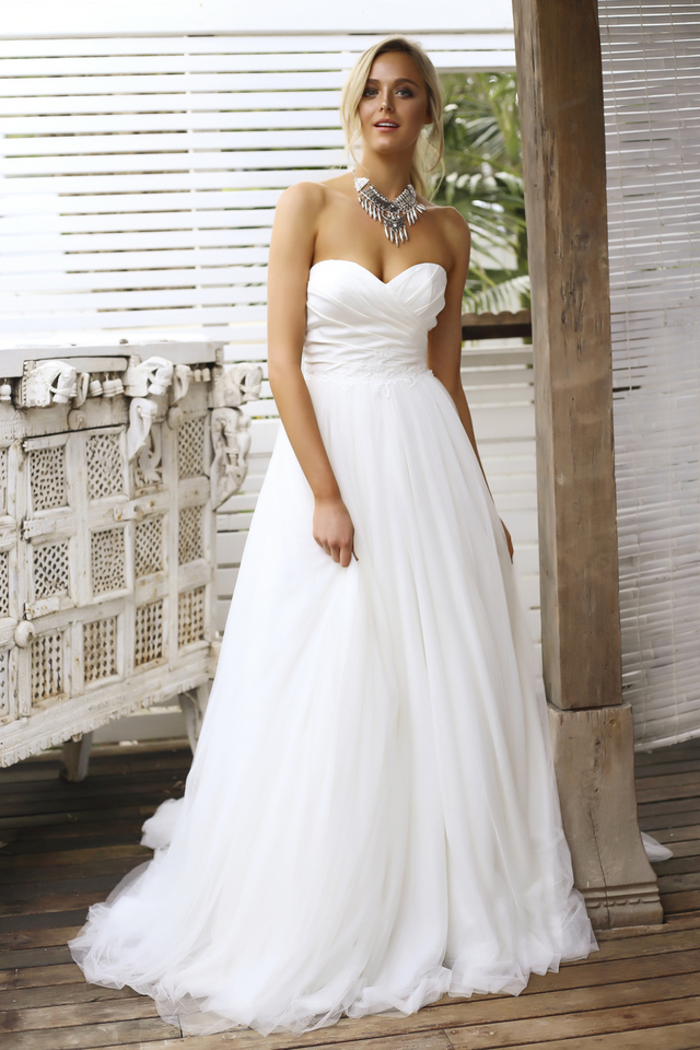 Bustier robe bien accessoirisé, robe de mariée de princesse, belle femme en robe de princesse chic
