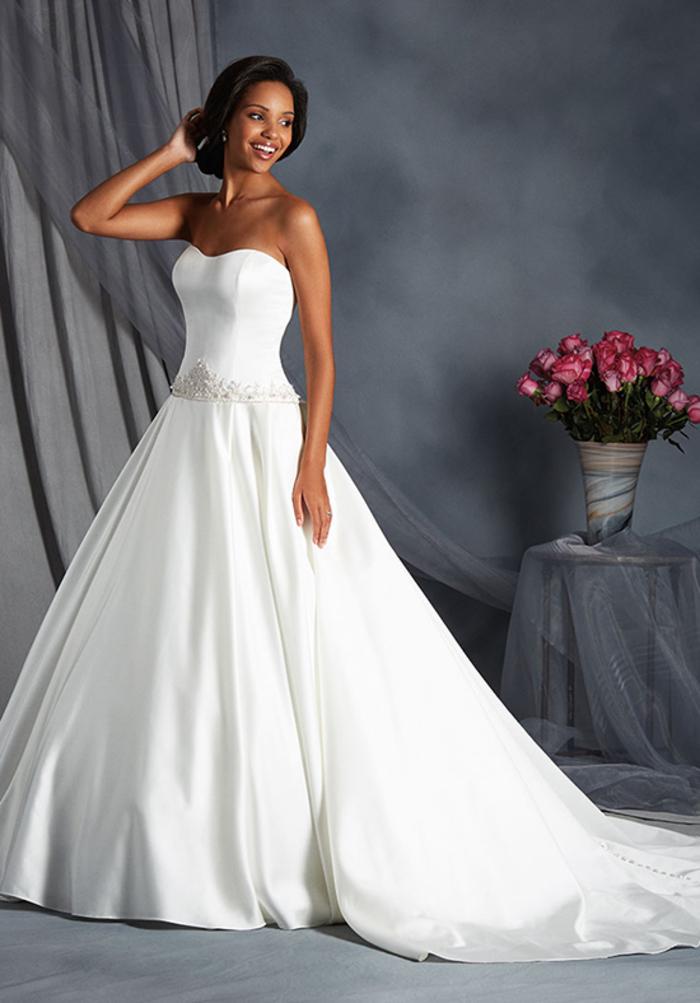 Roses dans une vase, robe de mariée princesse disney, classe robe de mariage moderne, robe bustier longue