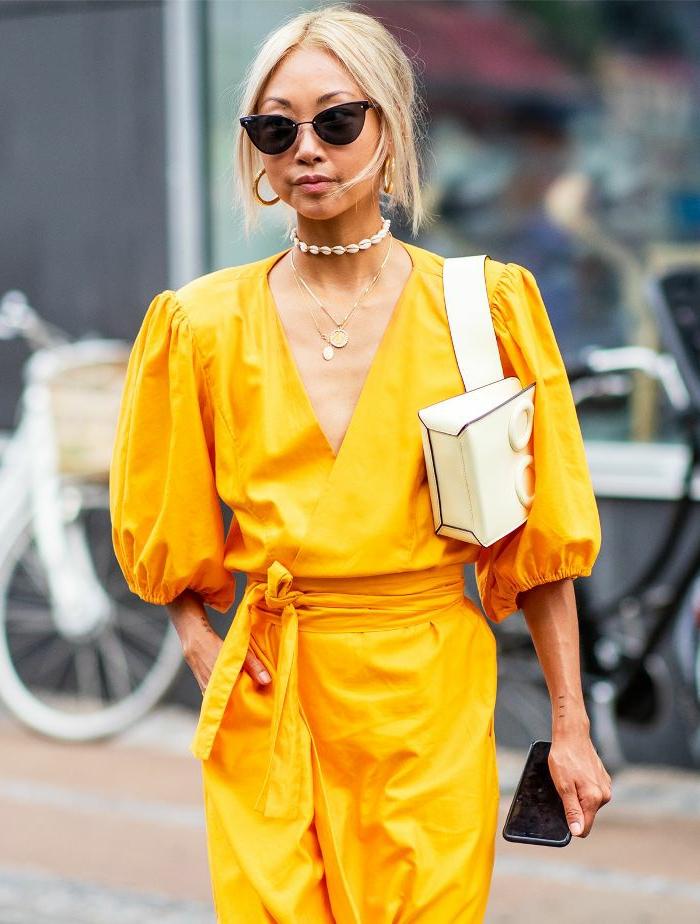 robe couleur tendance 2019, sac à porter à l'épaule, collier ras du cou, manches bouffantes, créoles or