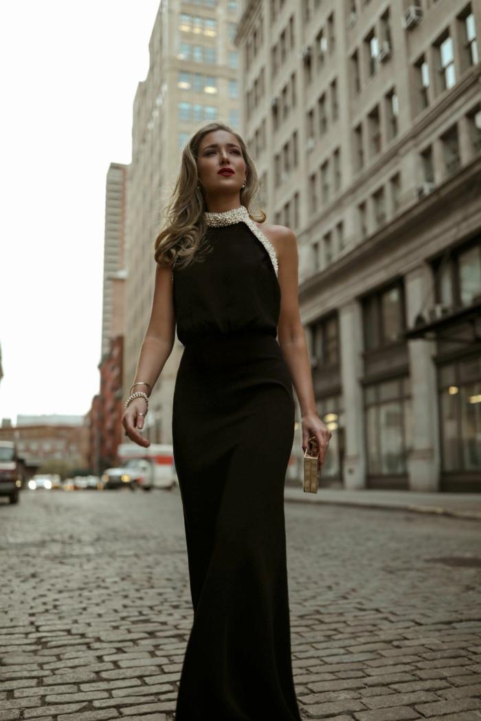 longue robe noire, robe de soirée chic et glamour, petit sac, col en perles blanches