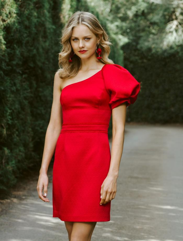robe rouge, manche asymétrique, boucles d'oreilles rouges, manche volumineuse, femme aux cheveux blonds
