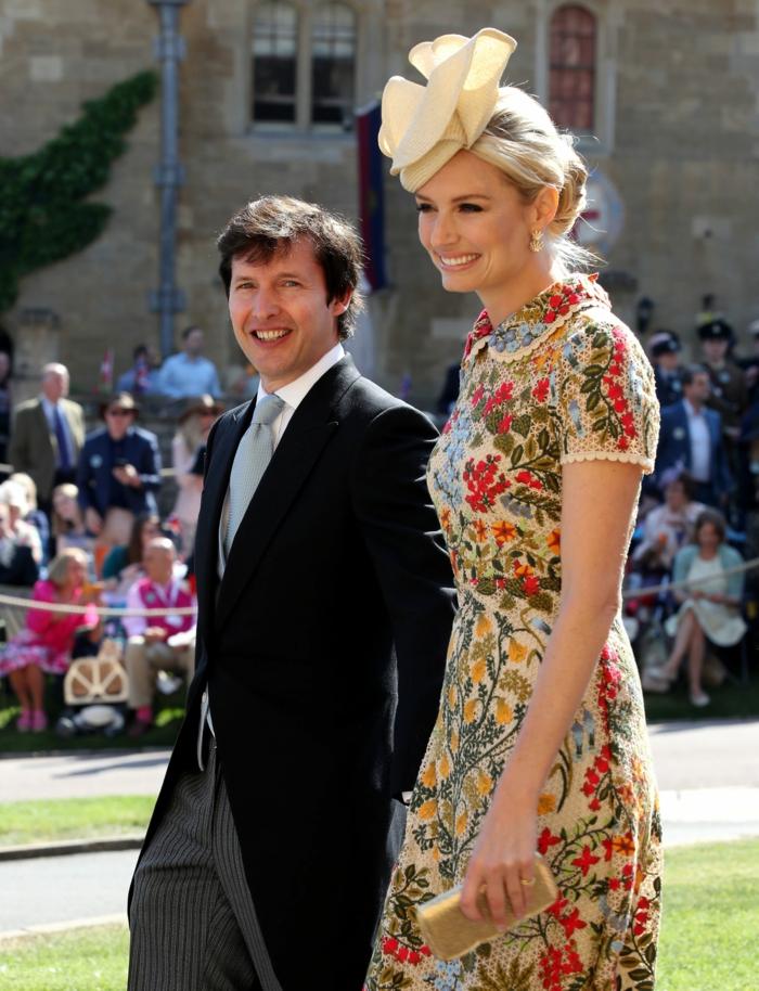 serre tete mariage rose beige, robe florale couleurs joyeuses, chapeau femme mariage chic