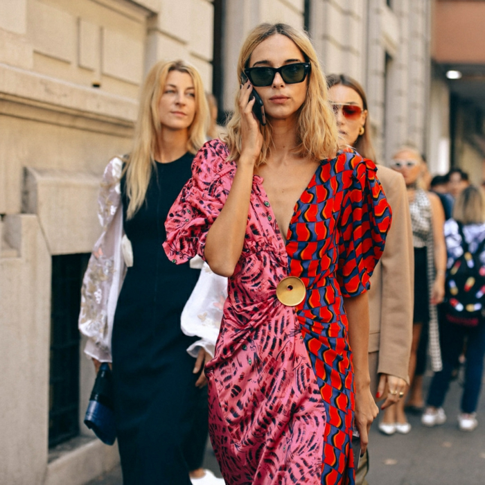 robe en couleurs criardes, lunettes de soleil, silhouette féminin classique, veste chic et robe