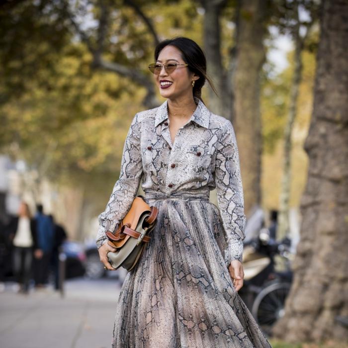 robe style bohème motifs peau de serpent, sac à main bicolore, tenue chic style casual