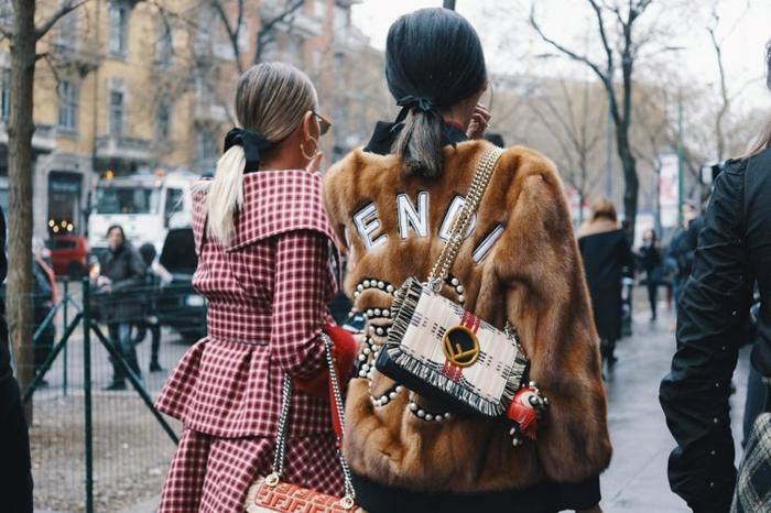 manteau aux volants, carreaux, manteau fourrure, sac rectangulaire, tendance femmes printemps