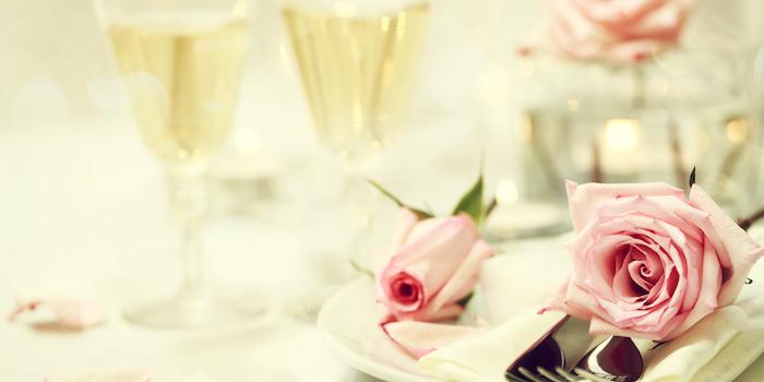 Rose et tasses de champagne, fete des meres cadeau, images fête des mères, photo gratuite à partager