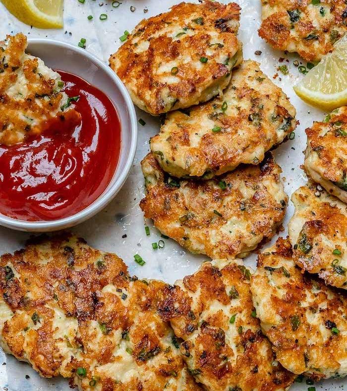 idée de rosti de tranches de poulet, mozzarella, poudre d amande et herbes avec des épices, repas minceur rassasiant